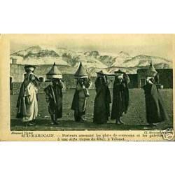 Maroc - Telouet - Porteurs de couscous et galettes