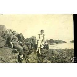 Carte-photo - Deux jeunes femmes sur les rochers