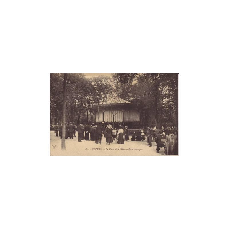 58 - Nevers - Le parc et le kiosque de la musique
