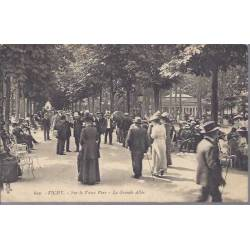 03 - Vichy - Sur le vieux parc - Grande allée animée