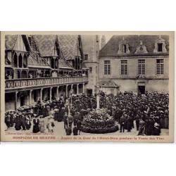 21 - Hospices de Beaune - Aspect de la cour de l'hôtel-dieu pendant la vente d