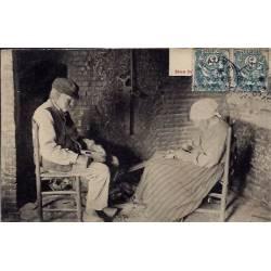 22 - deux vieux paysan assis -Voyagé - Dos divisé