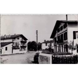 64 - Larressore - La rue principale - Voyagé - Dos divisé