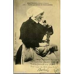 22 - Vieille paysanne de Cornouailles fumant la pipe