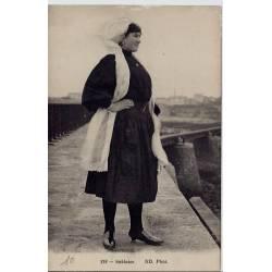 85 - Une femme sur un pont -  Sablaise - Voyagé - Dos divisé
