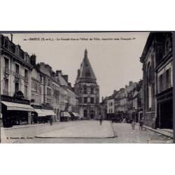 28 - Dreux - La Grande rue et l' Hôtel de Ville, construit sous François 1e...