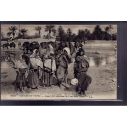 Algérie - Scènes et types - Jeunes filles cherchant de l'eau dans l'Oued - Beau plan