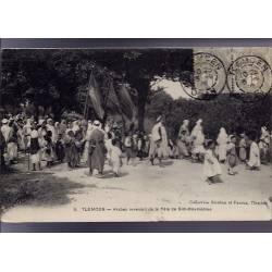 Algérie - Tlemcen - Arabes revenant de la fête de Sidi-Boumédine - Beau plan animé - 1902