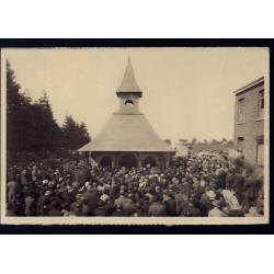 Belgique - Banneux Notre Dame - Les pélerins en prière devant la chapelle
